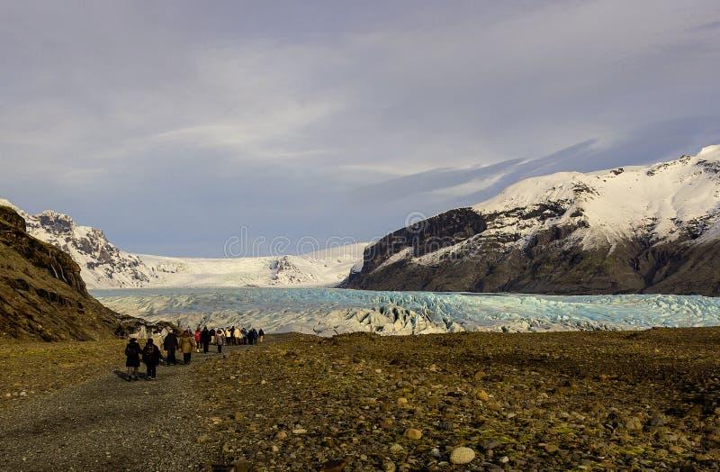 El caminar hacia el glaciar imagen de archivo libre de regalías