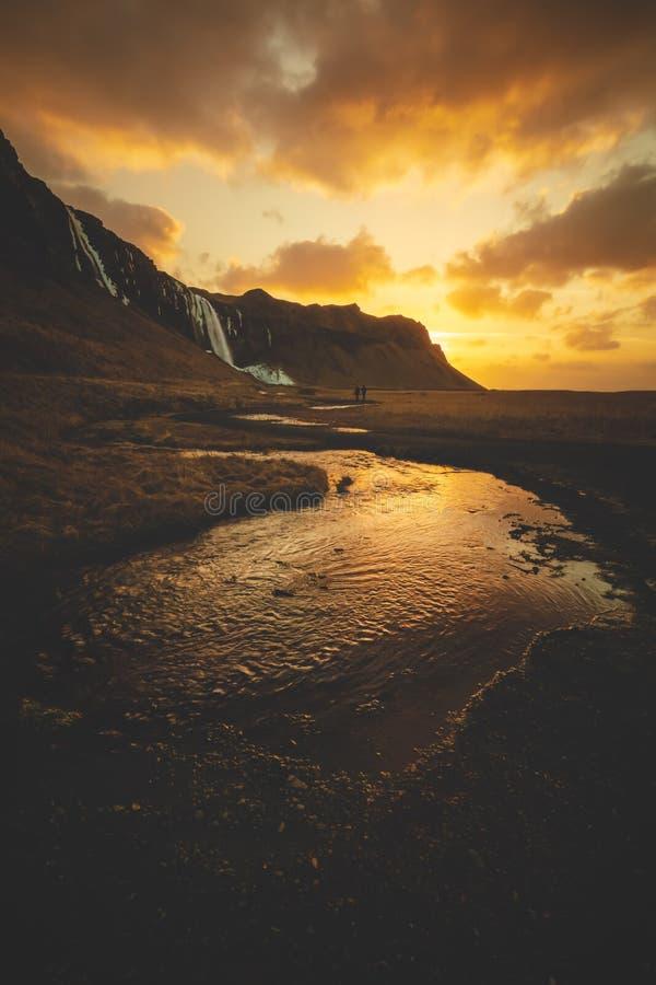 El caminar hacia la salida del sol en Islandia fotos de archivo