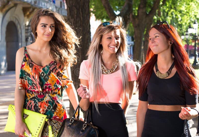 El caminar hermoso de las muchachas foto de archivo libre de regalías