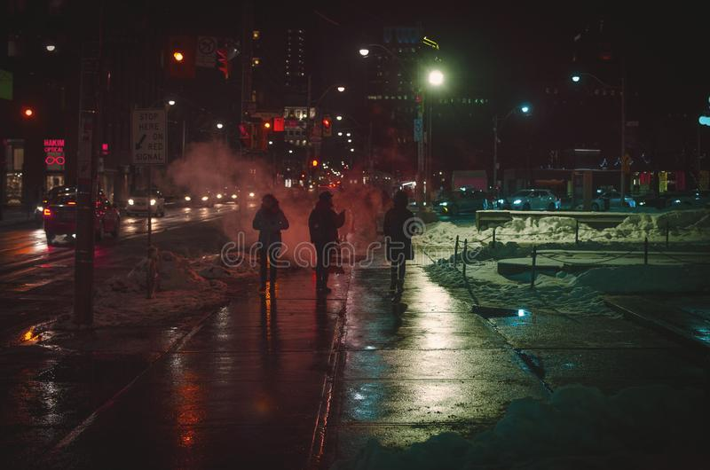 El caminar el invierno en la noche fotografía de archivo