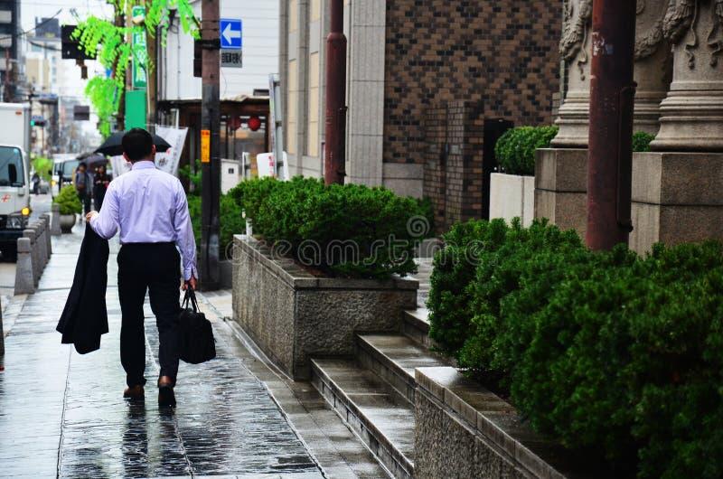 El caminar japonés del hombre del negocio fotos de archivo libres de regalías