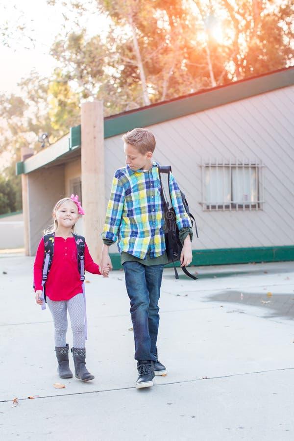 El caminar joven de dos niños de la escuela imágenes de archivo libres de regalías