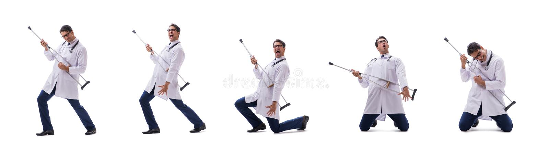 El caminar joven de la situación del médico del doctor aislado en el fondo blanco imagen de archivo libre de regalías