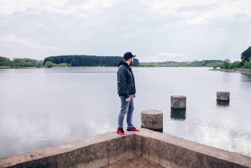 El caminar joven del viajero del hombre del inconformista imagenes de archivo