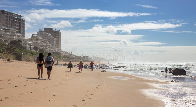 El caminar a lo largo de la playa en Umhlanga fotos de archivo libres de regalías
