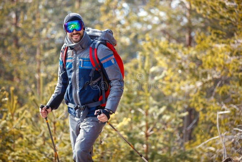 El caminar masculino en bosque nevoso imágenes de archivo libres de regalías