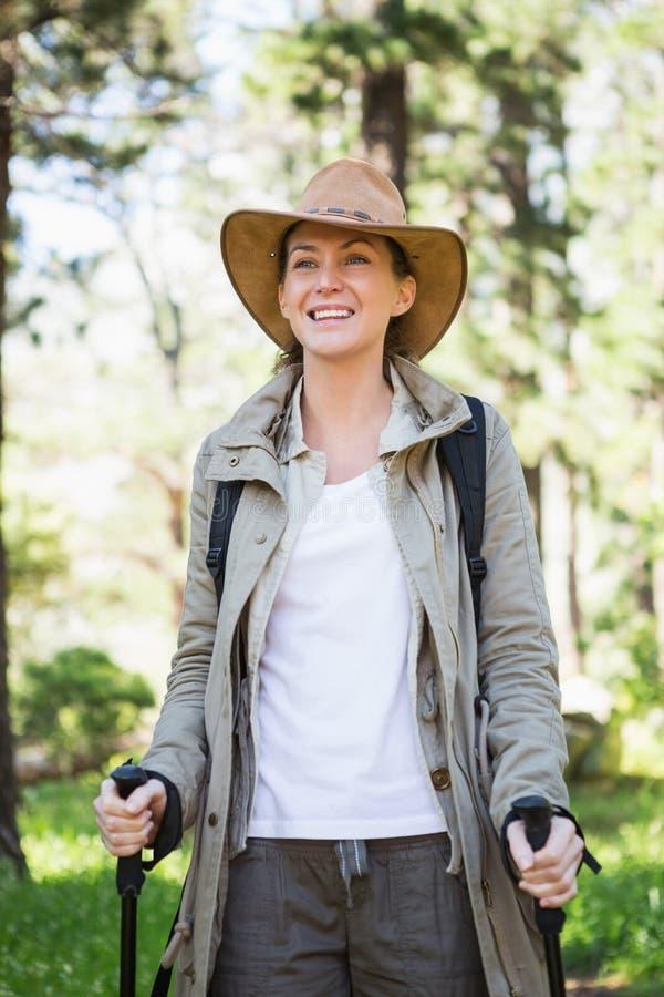 El caminar nórdico sonriente de la mujer foto de archivo libre de regalías