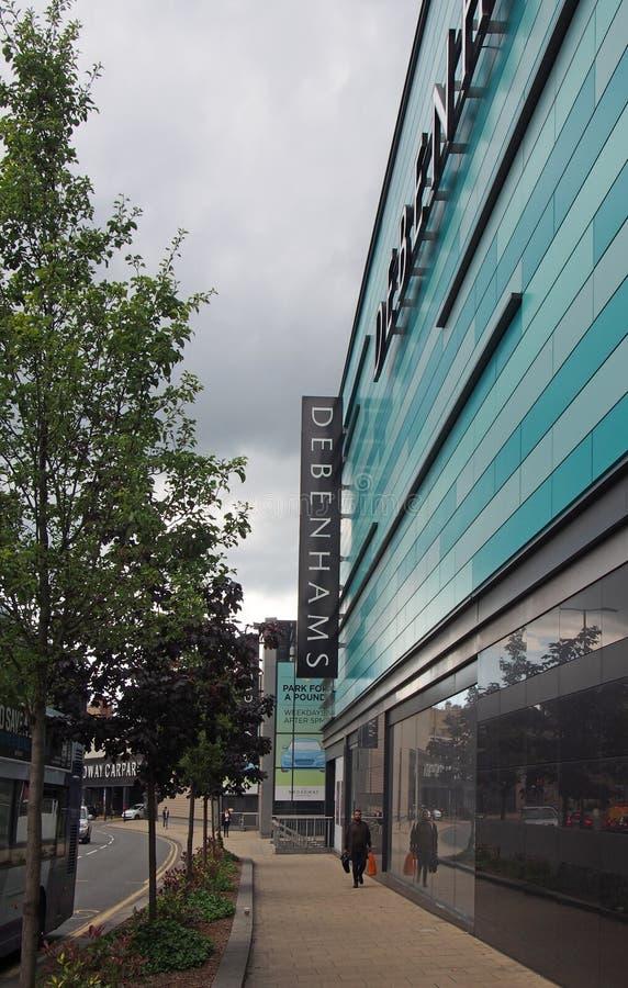 El caminar peatonal más allá de los ings del pasillo de la tienda de los debenhams de broadway en Bradford actualmente en la admi fotos de archivo libres de regalías