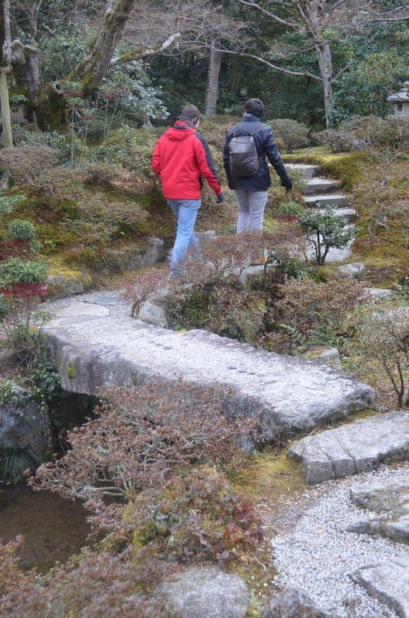 El caminar por el jardín del japonés del emperador de Japón imagen de archivo