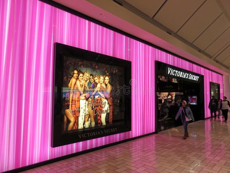 El caminar por la tienda púrpura de Victorias Secret imagen de archivo libre de regalías