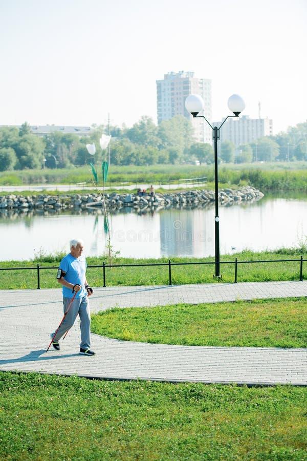 El caminar practicante del nordic del pensionista foto de archivo libre de regalías