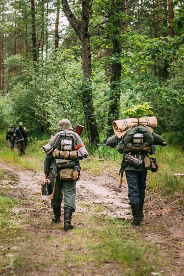 El caminar que marcha de In World War II alemán del soldado de la infantería a lo largo de F fotografía de archivo libre de regalías