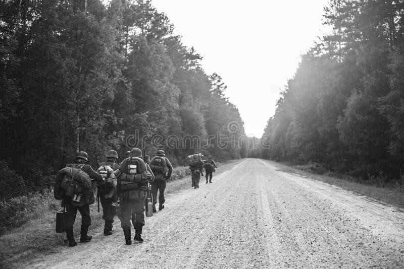 El caminar que marcha de In World War II alemán del soldado de la infantería a lo largo de F imagenes de archivo