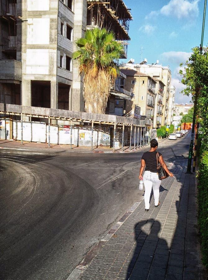 El caminar rechoncho negro joven de la muchacha fotos de archivo
