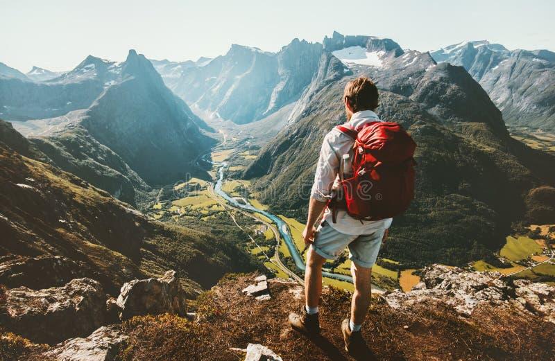 El caminar solamente en hombre de montañas de Noruega con la mochila roja imagen de archivo