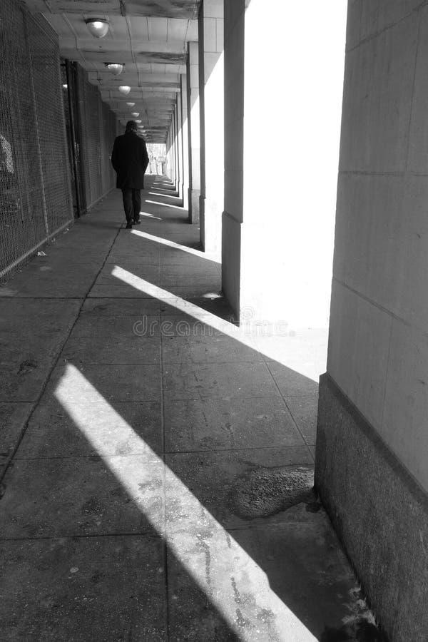 El caminar solo del hombre imagen de archivo