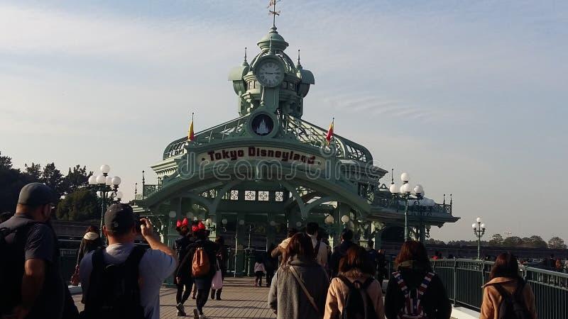 El caminar a Tokyo& x27; s Disneyland imagen de archivo libre de regalías