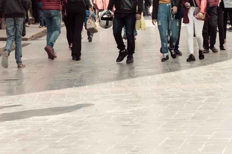 El caminar a través de la muchedumbre de la calle Una muchedumbre de calle del paso de peatones en la ciudad, gente que camina en imágenes de archivo libres de regalías