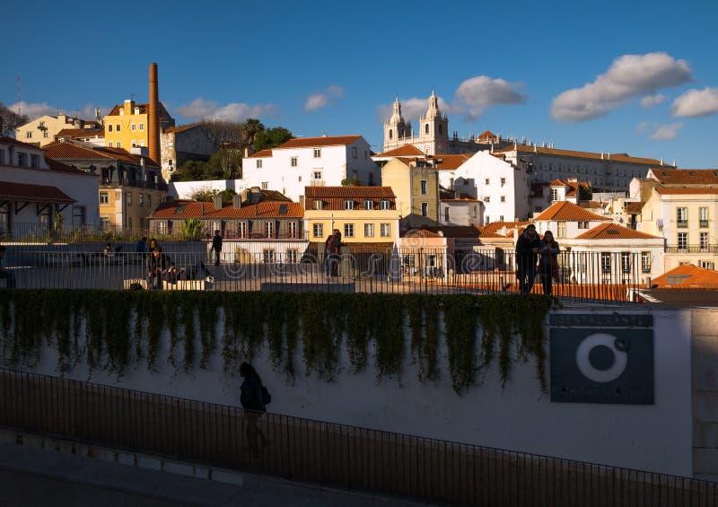 El caminar a través de las calles de Lisboa vieja Plataformas de visi?n fotografía de archivo