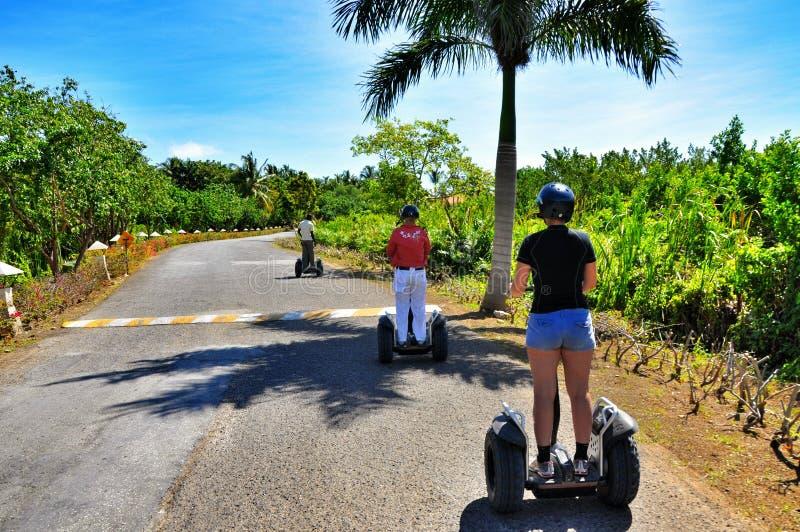 El caminar a través de los suburbios de Punta Cana en el transportador del ser humano de Segway imagen de archivo