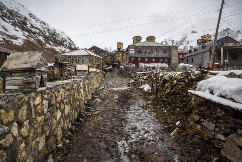 El caminar a través de pueblo del ushguli foto de archivo libre de regalías