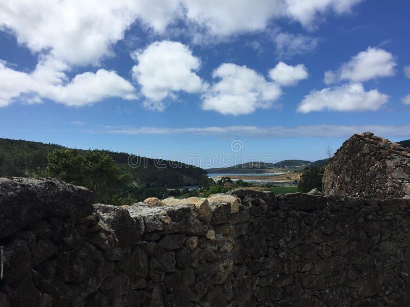 El caminar a través de una trayectoria en los campos en el rastro español Naturaleza hermosa a lo lardo del camino, y el mar en e foto de archivo libre de regalías
