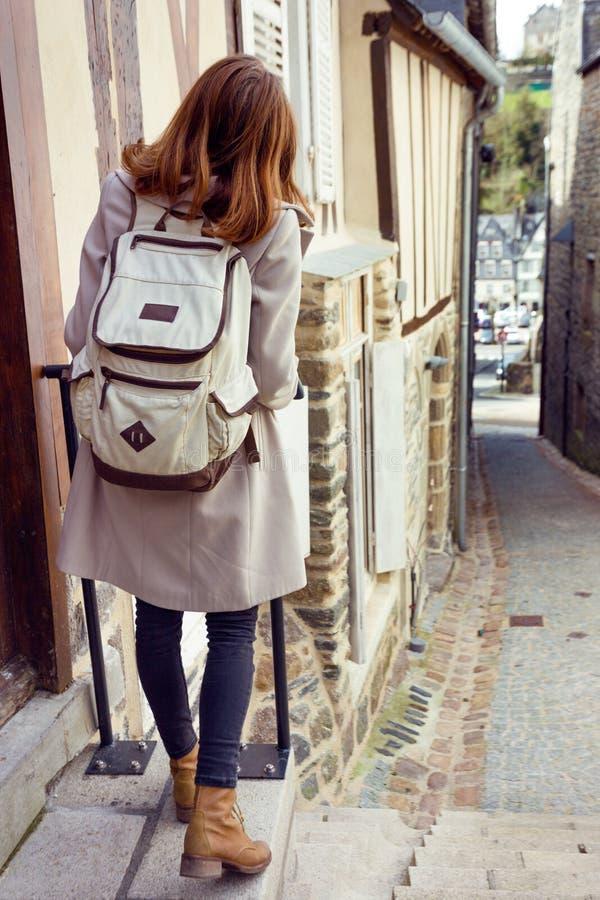 El caminar turístico de la muchacha en la ciudad vieja fotos de archivo libres de regalías