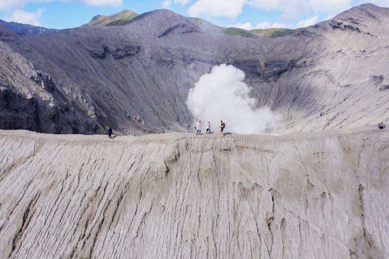 El caminar turístico en el cráter de Bromo del soporte imágenes de archivo libres de regalías