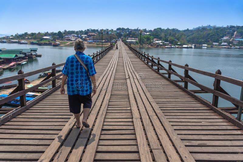 El caminar turístico en el puente de Sangkhaburi, Kanchaburi, Tailandia imagen de archivo