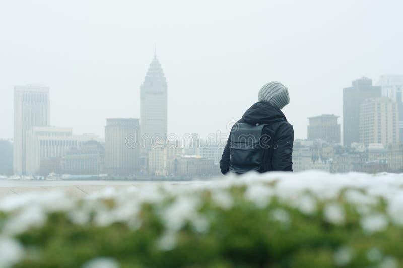 El caminar turístico masculino en la Federación, Shangai fotos de archivo libres de regalías