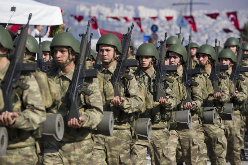 El caminar turco de los soldados imagenes de archivo