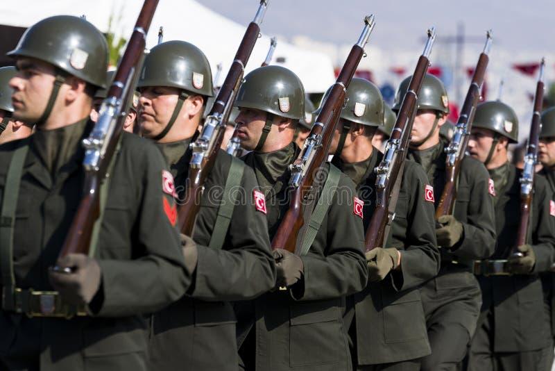 El caminar turco de los soldados imagen de archivo