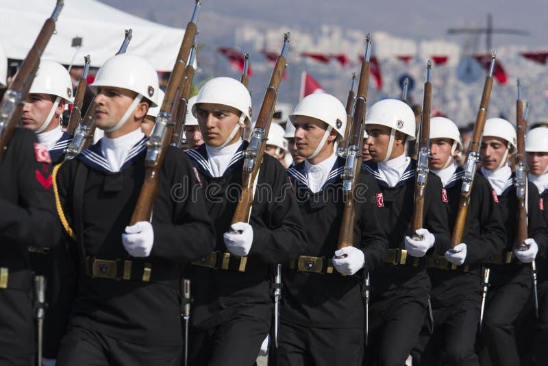 El caminar turco de los soldados de la marina de guerra fotografía de archivo