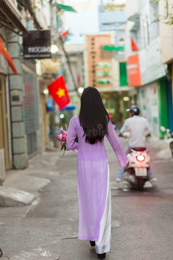 El caminar vietnamita de la mujer imagen de archivo