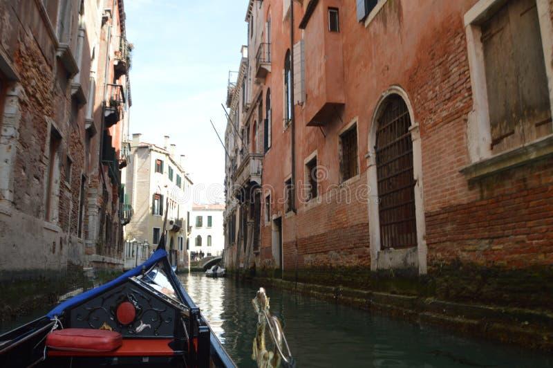 El caminar visto edificios venecianos agradables del estilo en la góndola en Venecia Viaje, días de fiesta, arquitectura 29 de ma fotos de archivo libres de regalías