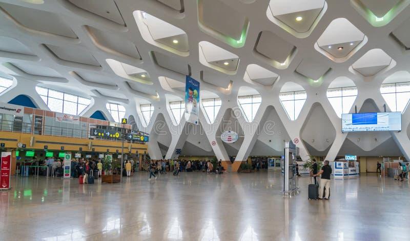 El caminar y incorporación de los pasajeros en el nuevo pasillo de la salida del aeropuerto de Marrakesh imágenes de archivo libres de regalías