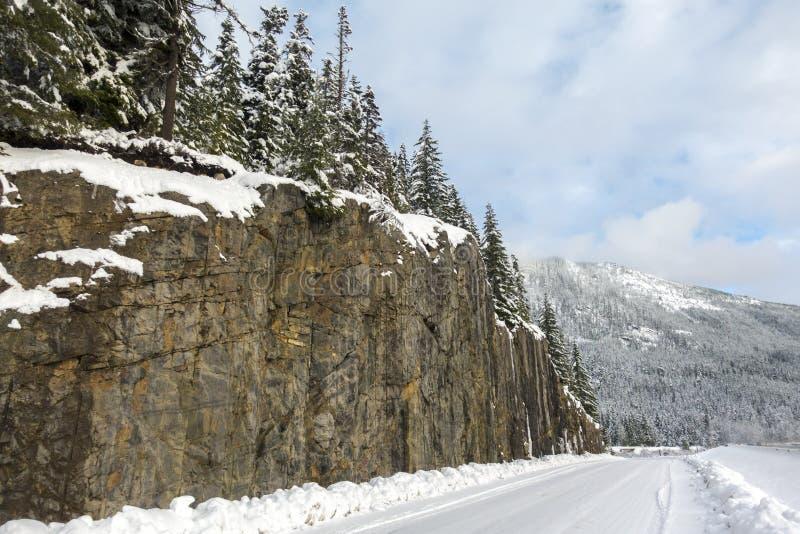 El camino al lado del acantilado cubrió la montaña imagen de archivo libre de regalías