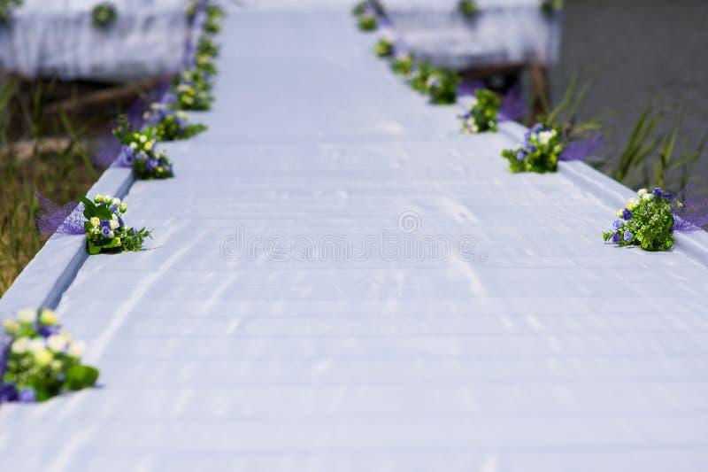 El camino blanco todo está listo para la ceremonia de boda elegante en el jardín del verano foto de archivo