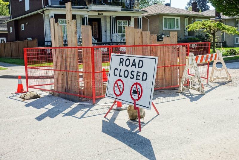 El camino cerrado firma adentro el sitio de la construcción de carreteras fotos de archivo libres de regalías