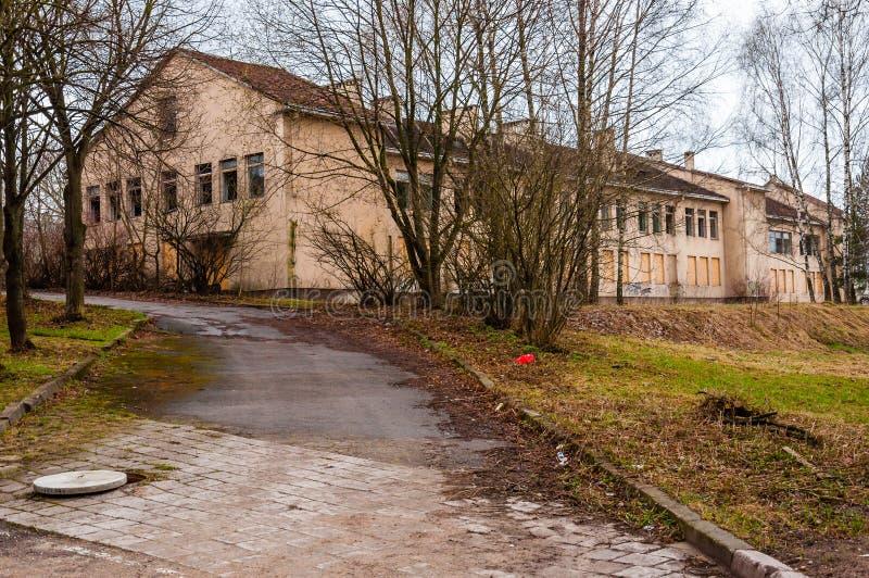 El camino con la boca abierta al edificio abandonado grande con las ventanas quebradas en la calle de Subaciaus en la ciudad viej fotografía de archivo libre de regalías