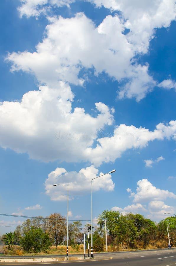 El camino con la nube y el cielo azul imagen de archivo libre de regalías