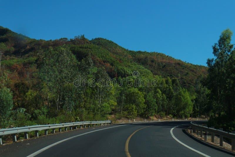 El camino con viaje hermoso del árbol, de las nubes, del cielo y de Viet Nam del mountaint- fotografía de archivo libre de regalías