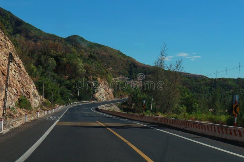 El camino con viaje hermoso del árbol, de las nubes, del cielo y de Viet Nam del mountaint- foto de archivo