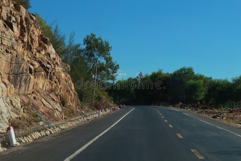 El camino con viaje hermoso del árbol, de las nubes, del cielo y de Viet Nam del mountaint- imagenes de archivo