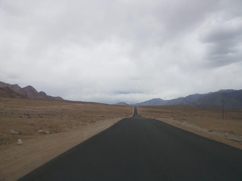 El camino a continuación fotos de archivo