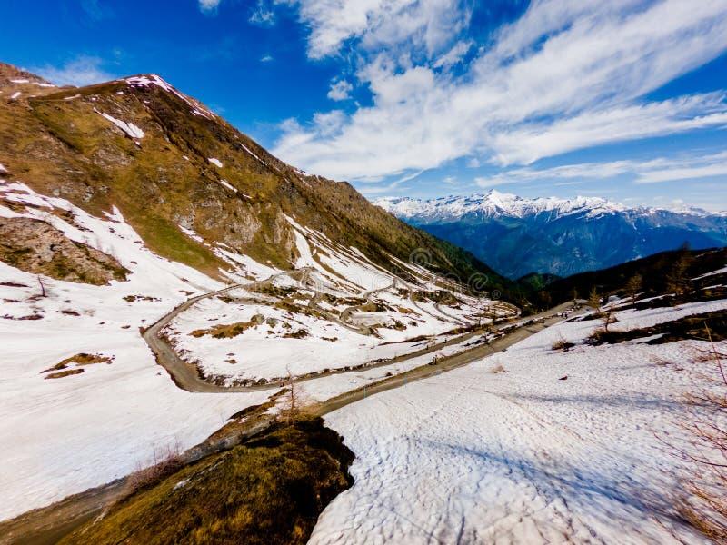 El camino de la montaña en las montañas llamó el finestre del delle del colle fotos de archivo