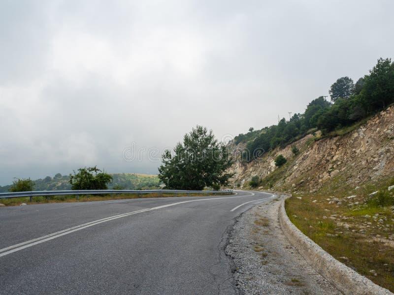 El camino de la monta?a va en el top de las colinas entre las nubes de la costa Grecia interior fotos de archivo libres de regalías