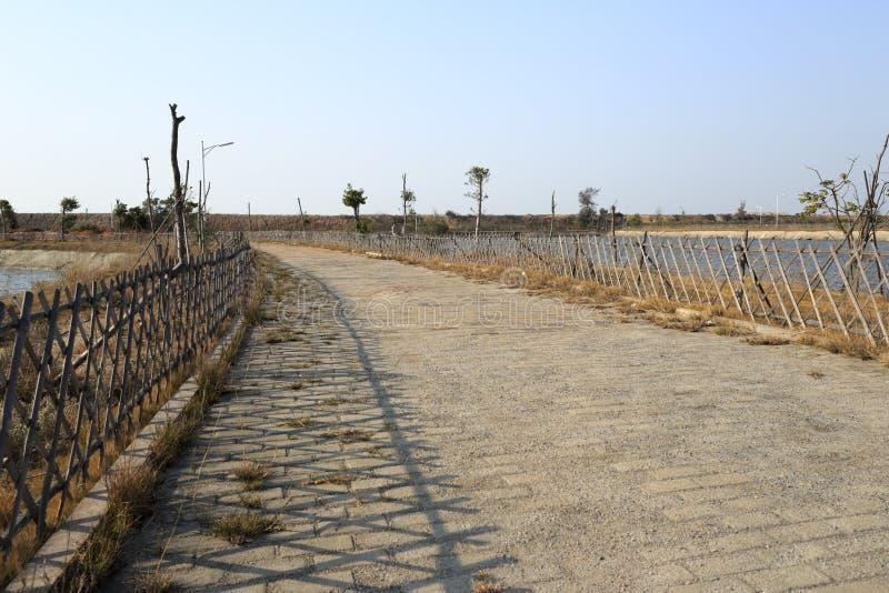 El camino de piedra con la cerca de bambú en xiaodeng recurre fotos de archivo libres de regalías