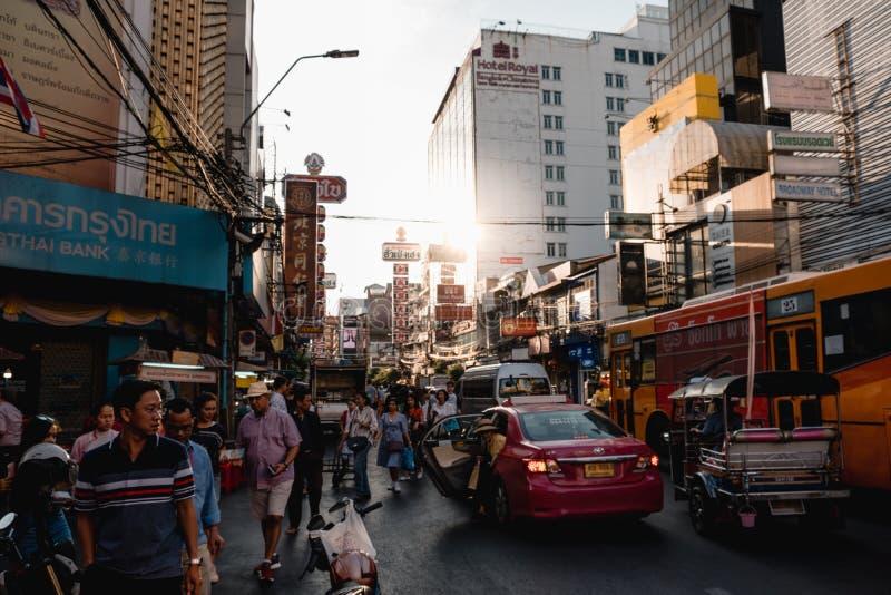 El camino de Yaowarat es una calle principal en Chinatown de Bangkok imagenes de archivo