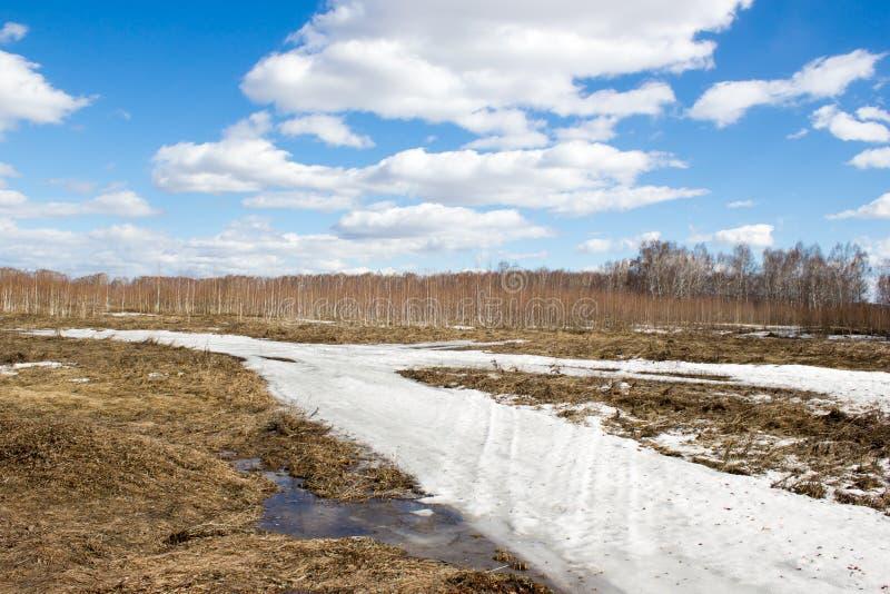 El camino debajo de la nieve foto de archivo